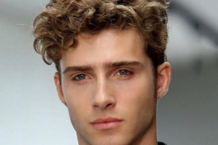 coiffure homme visage long boucle oreille